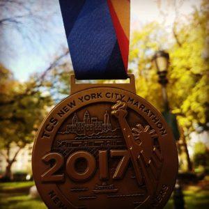 De NYC marathon 2017 medaille van Meisjes van vijftig